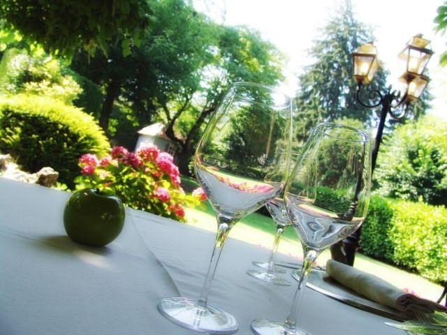 A table en terrasse du Restaurant Chavant à Bresson