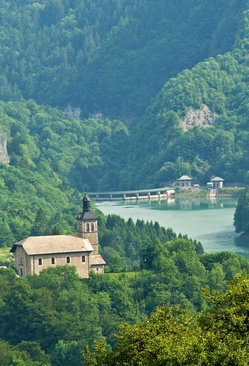 Vue sur le clocher de La Baume et le barrage du Jotty