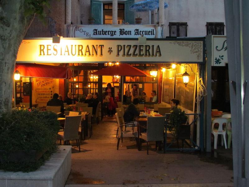 terrasse restaurant en soirée