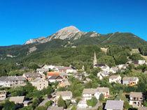 Le sommet du Cuchon et le village de St Léger-les-Mélèzes - © Rémi Fabrègue