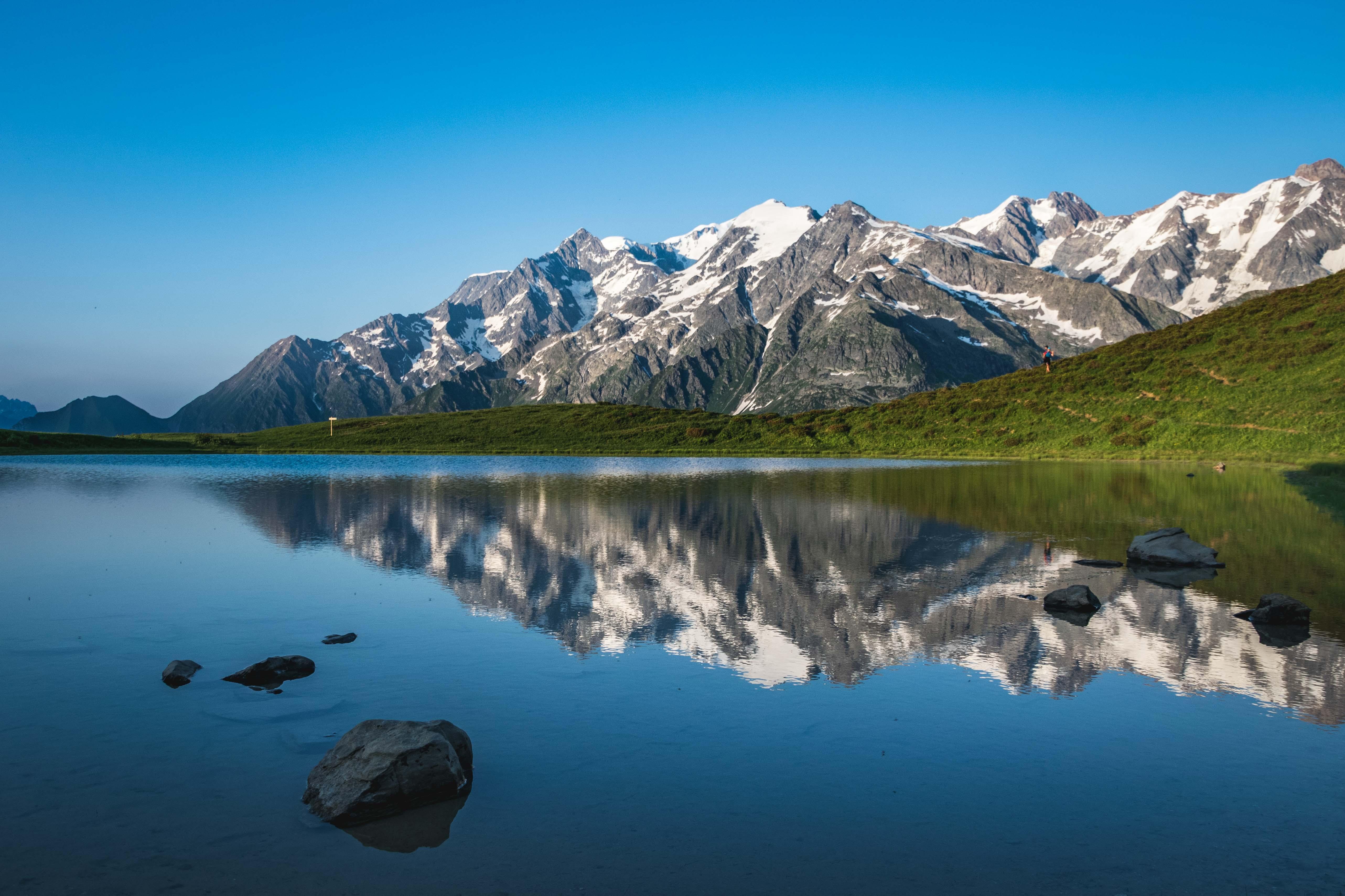 Le lac de Roselette et la chaine du Mont-Blanc