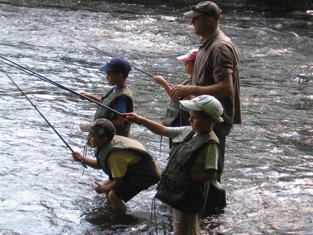 Serge Debatisse - moniteur de pêche et animateur tir à l'arc Pêche avec groupe d'enfants Ⓒ Serge Debatisse - moniteur de pêche et animateur tir à l'arc - 2014