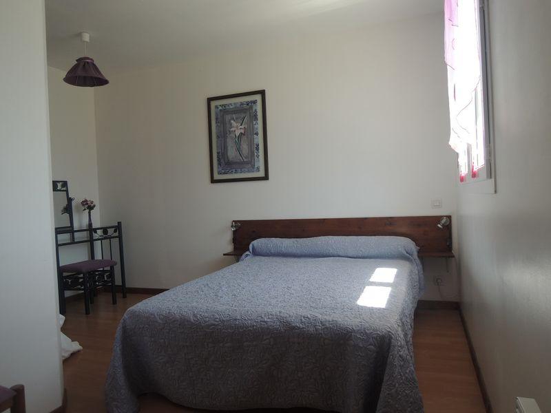 Chambre 2 Meublé Mme ATHENOUR Location Les Astiers Saint Bonnet en Champsaur - © ATHENOUR V