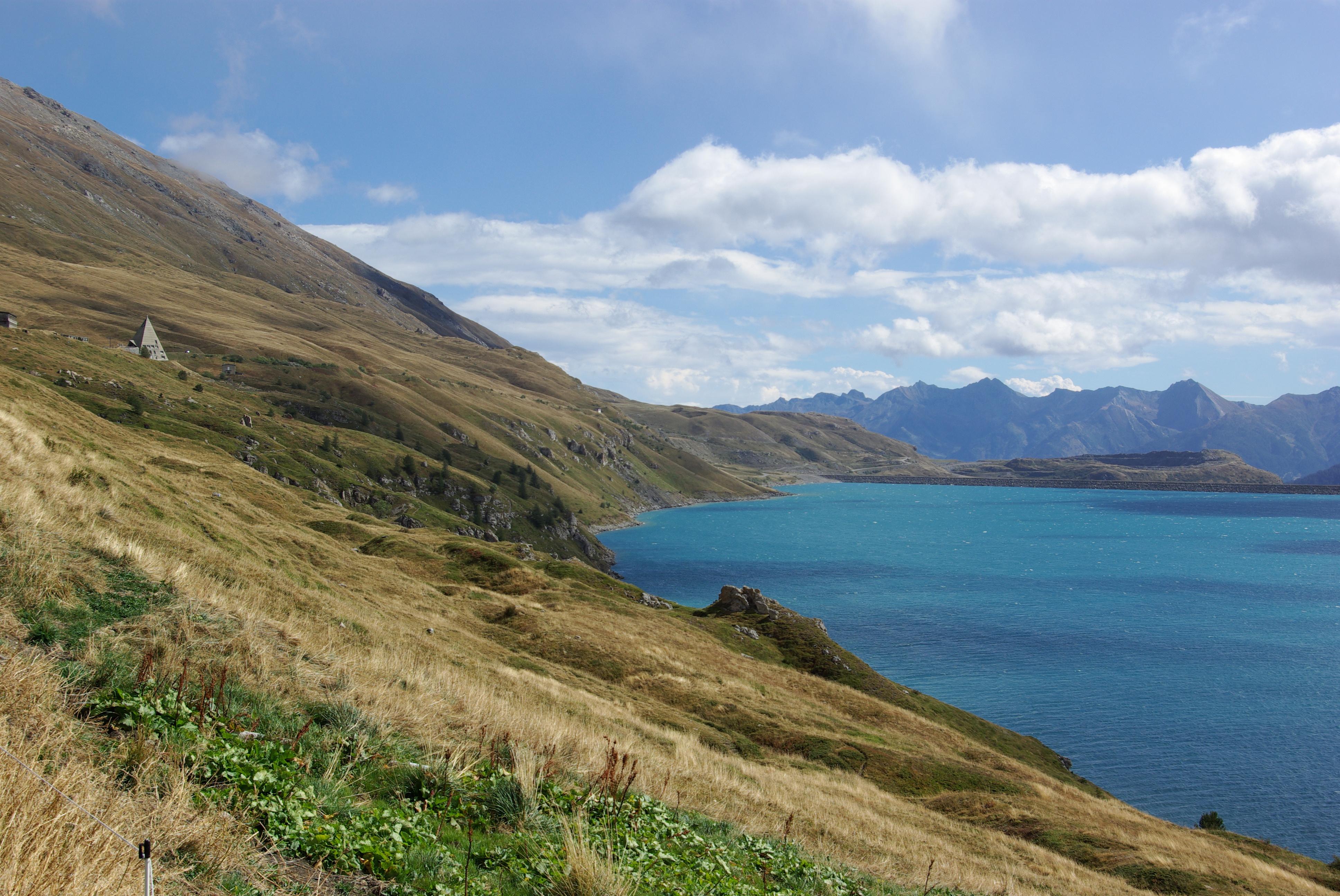 Sentier en bordure du lac du Mont-Cenis, Val Cenis