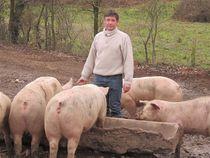 La ferme à Croutet Benoit au milieu de ses Porcs Ⓒ La ferme à Croutet