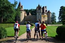 Cyclos devant le château de Thoury Ⓒ Louis HOLDER