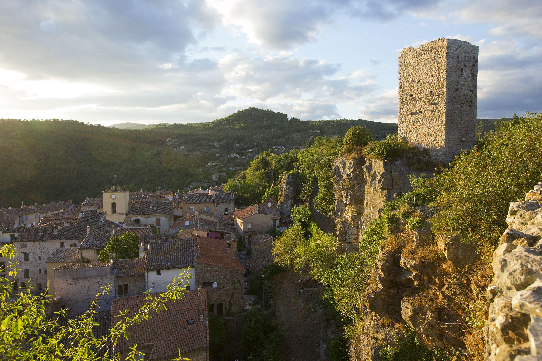 Tour médiévale et vestiges du château féodal
