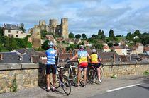 Cité médiévale en Bocage - variante par Saint-Menoux Cyclos devant la forteresse de Bourbon l'Archambault Ⓒ Louis Holder