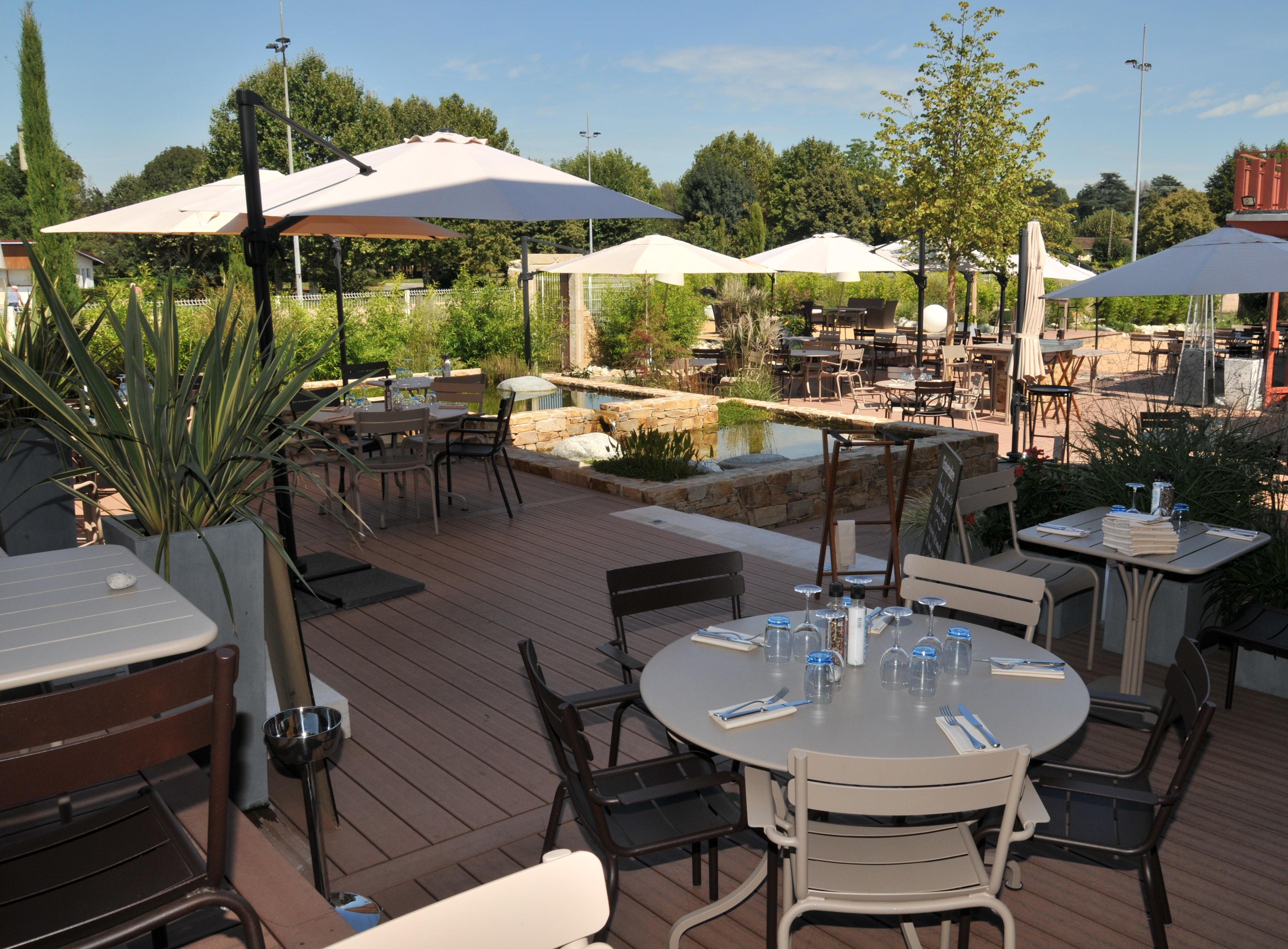 Restaurant l 39 embarcad re jassans riottier restauration for Jardin couvert lyon
