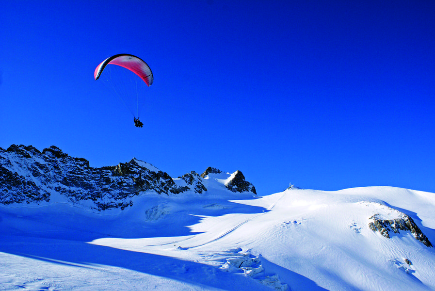 Vol au dessus du glacier de la Girose - © @Confident'Ciel