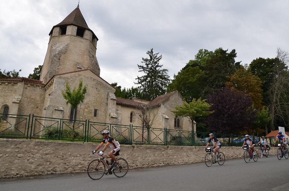 Cyclo devant l'église de Louchy-Montfand Ⓒ Didier BOULICOT