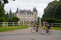 Cyclos devant le château du Lonzat à Marcenat Ⓒ Didier BOULICOT