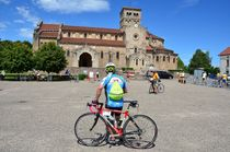 Cyclo devant l'église de Châtel-Montagne Ⓒ Louis HOLDER