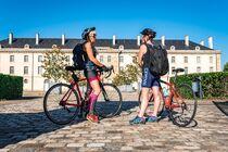 Cyclos devant le CNCS Ⓒ Alba Photographie/Auvergne-Rhône-Alpes Tourisme