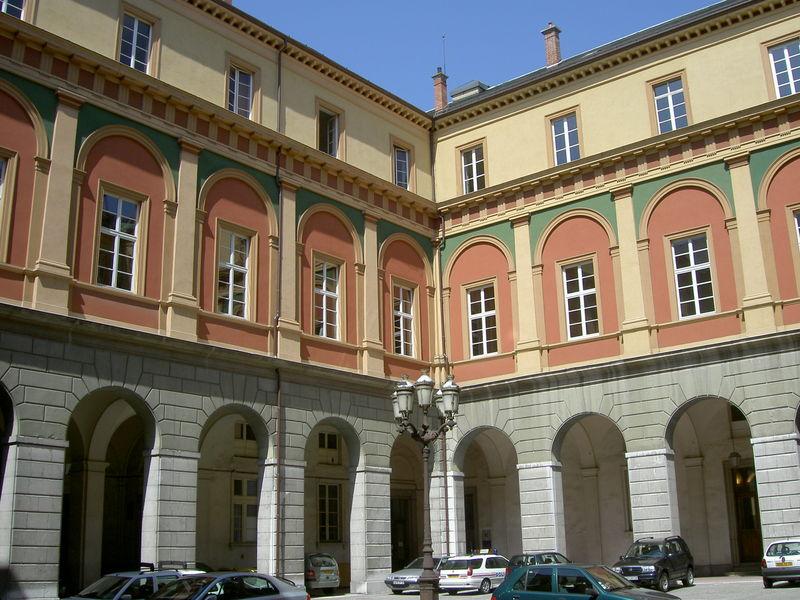 La cour du palais de justice