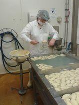 fabrication quenelles a la cuillere Giraudet_credit AP Office de tourisme de Bourg-en-Bresse Agglomeration (2)