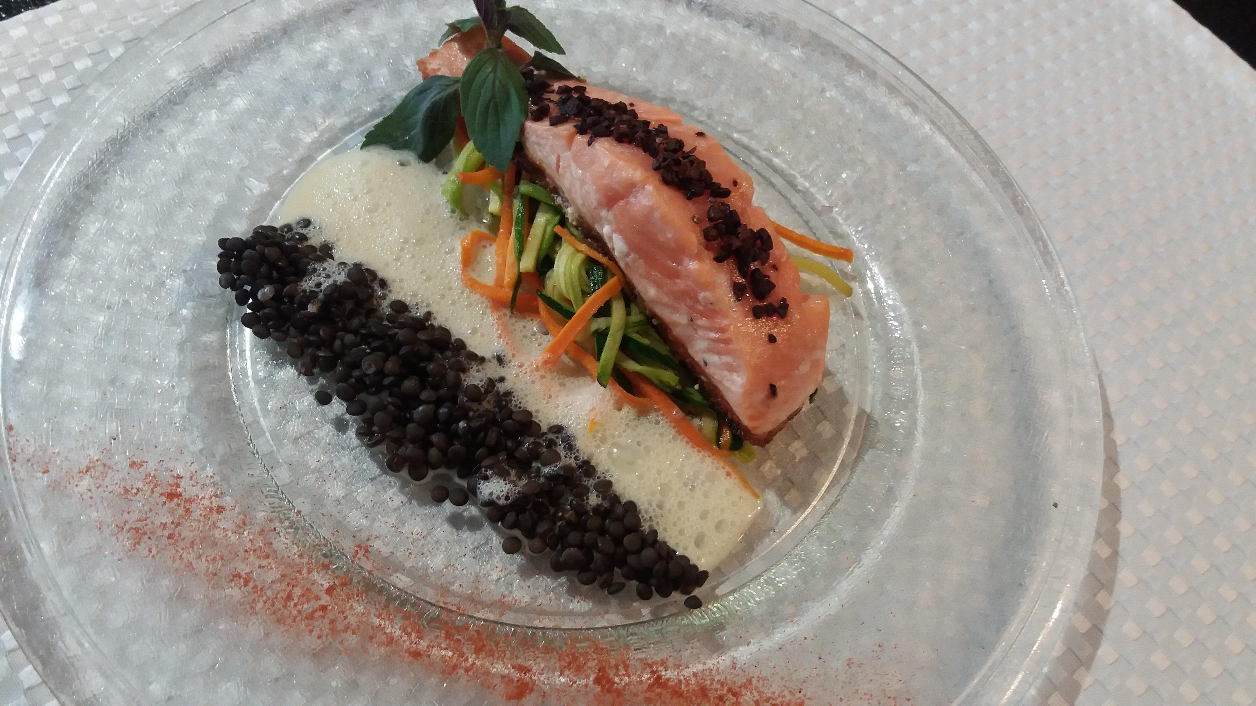 Pavé de saumon au grué de cacao Plat du restaurant Plaisir des Sens Ⓒ Plaisir des Sens