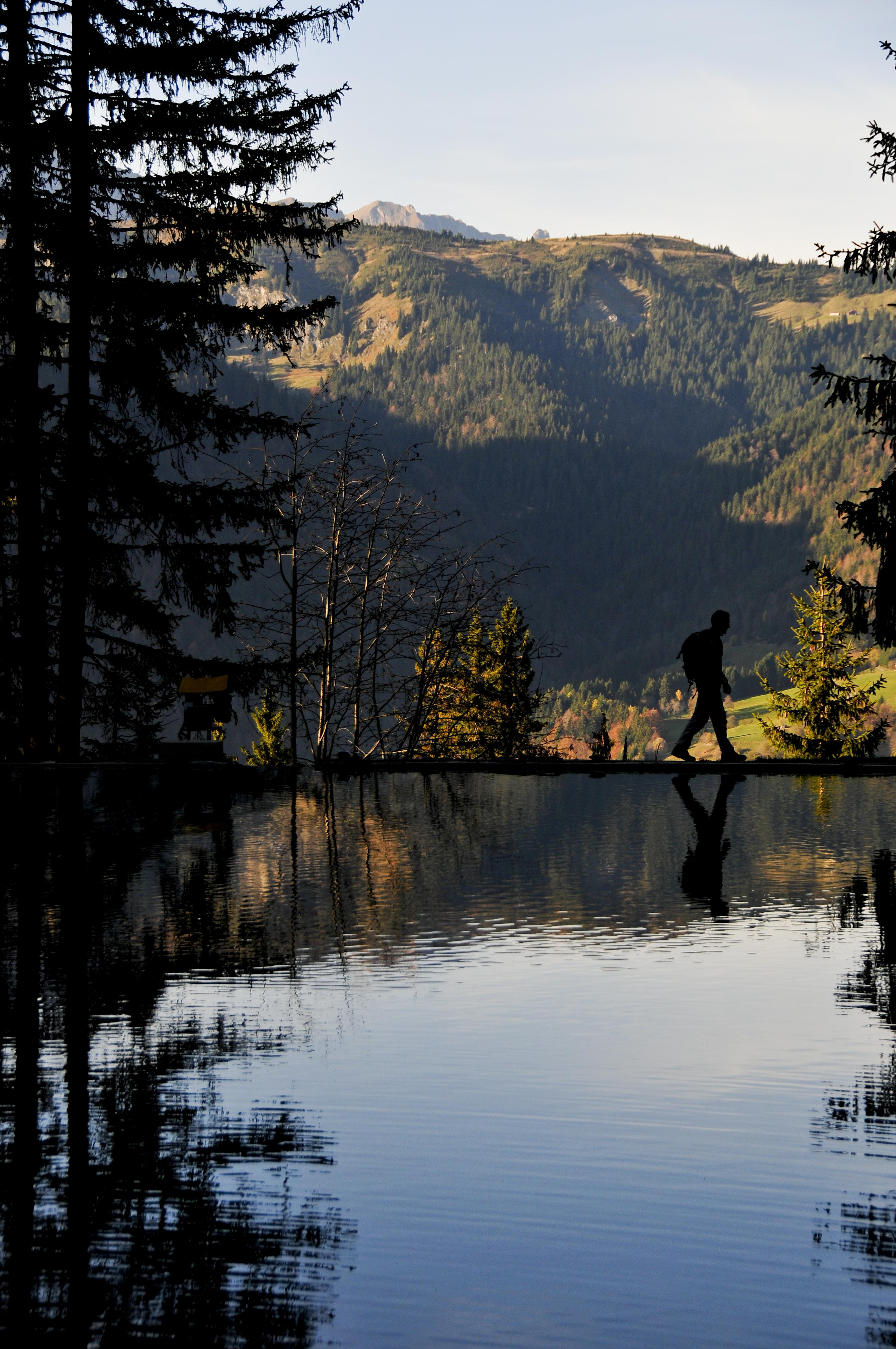 Promeneur au bord du lac