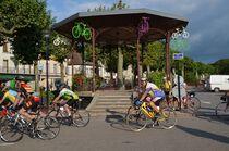 Cyclos devant le kiosque à St-Pourçain Ⓒ Didier BOULICOT