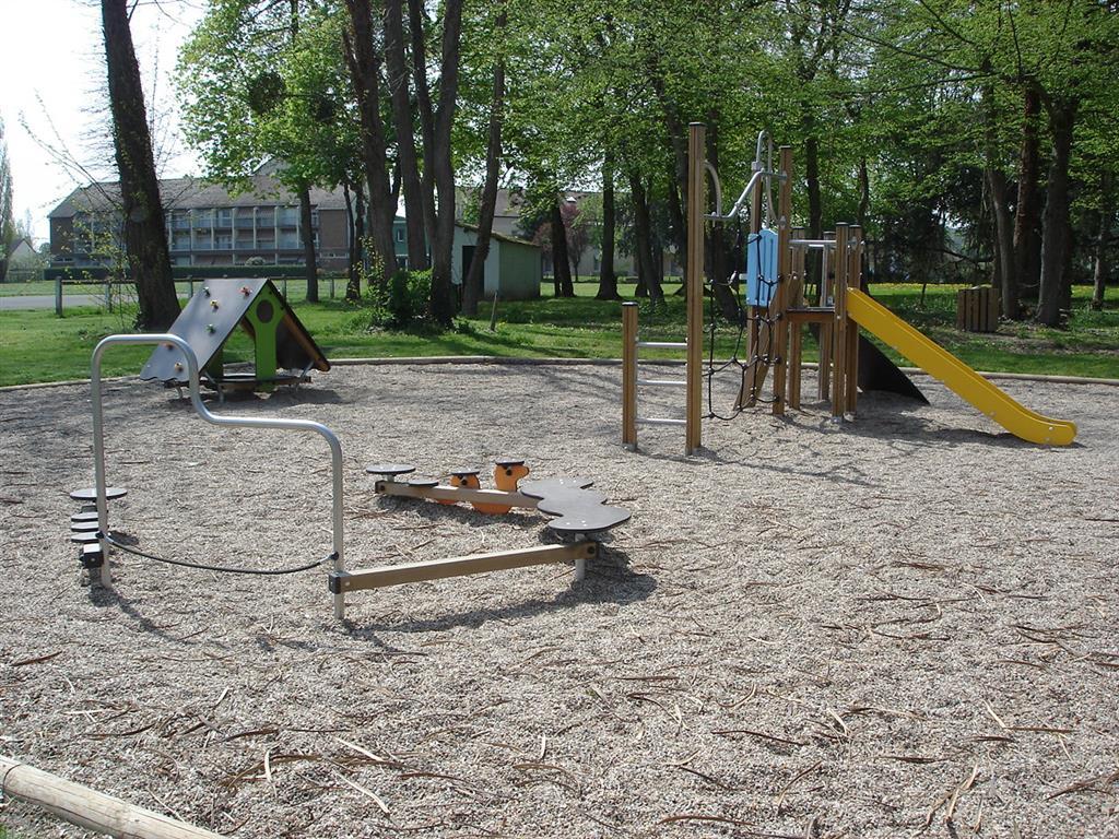 Parc municipal - Vallon-en-Sully Aire de jeux Ⓒ Mairie Vallon-en-Sully