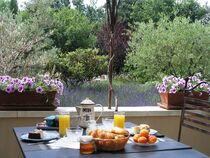le-clos-des-lavandes-lacoste-luberon-petit-dejeuner-en-terrasse-1