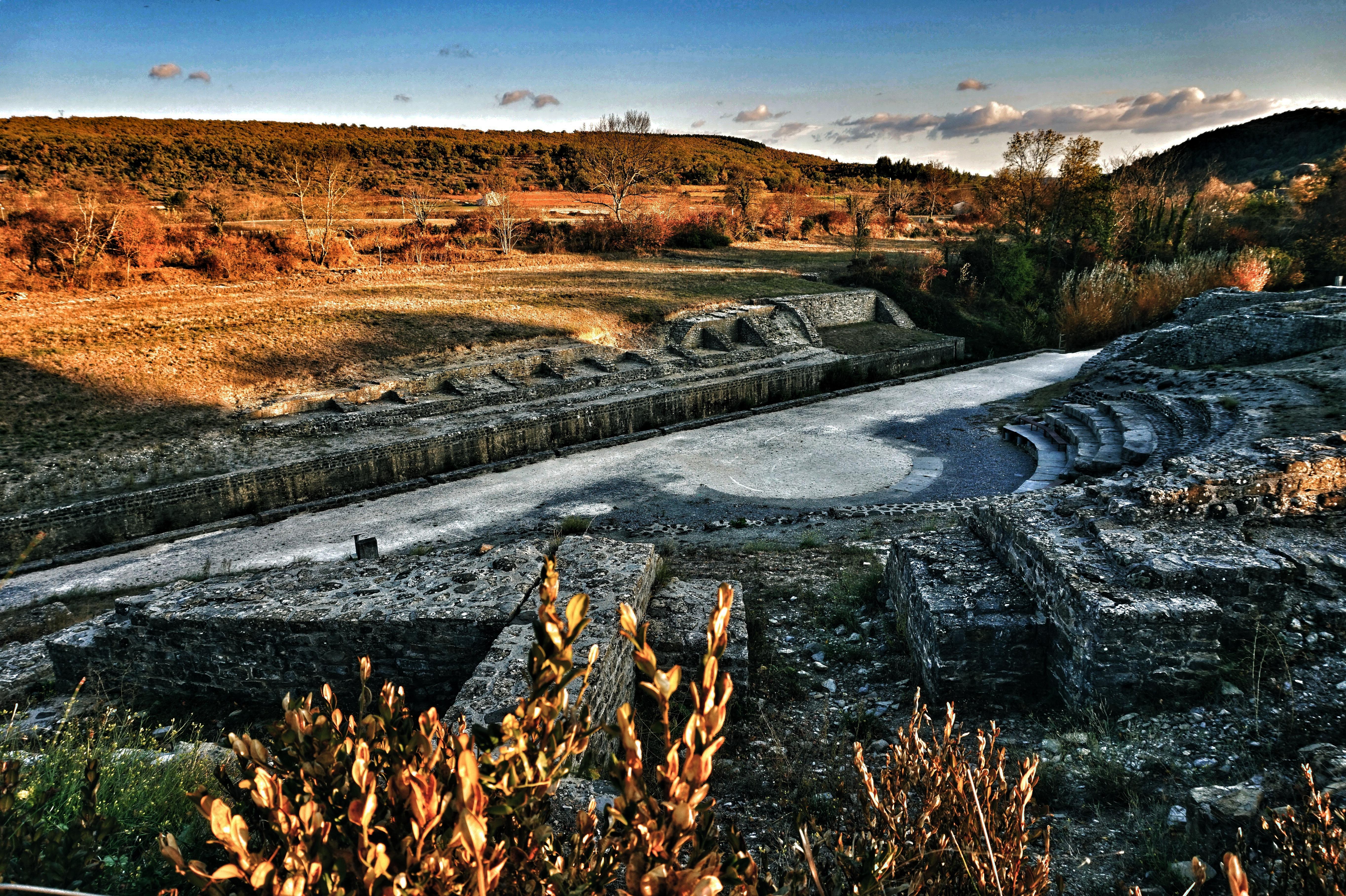Site antique d'Alba la Romaine à l'automne