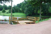 Plan d'eau de Bert ponton handipêche Ⓒ Mairie de Bert - 2017