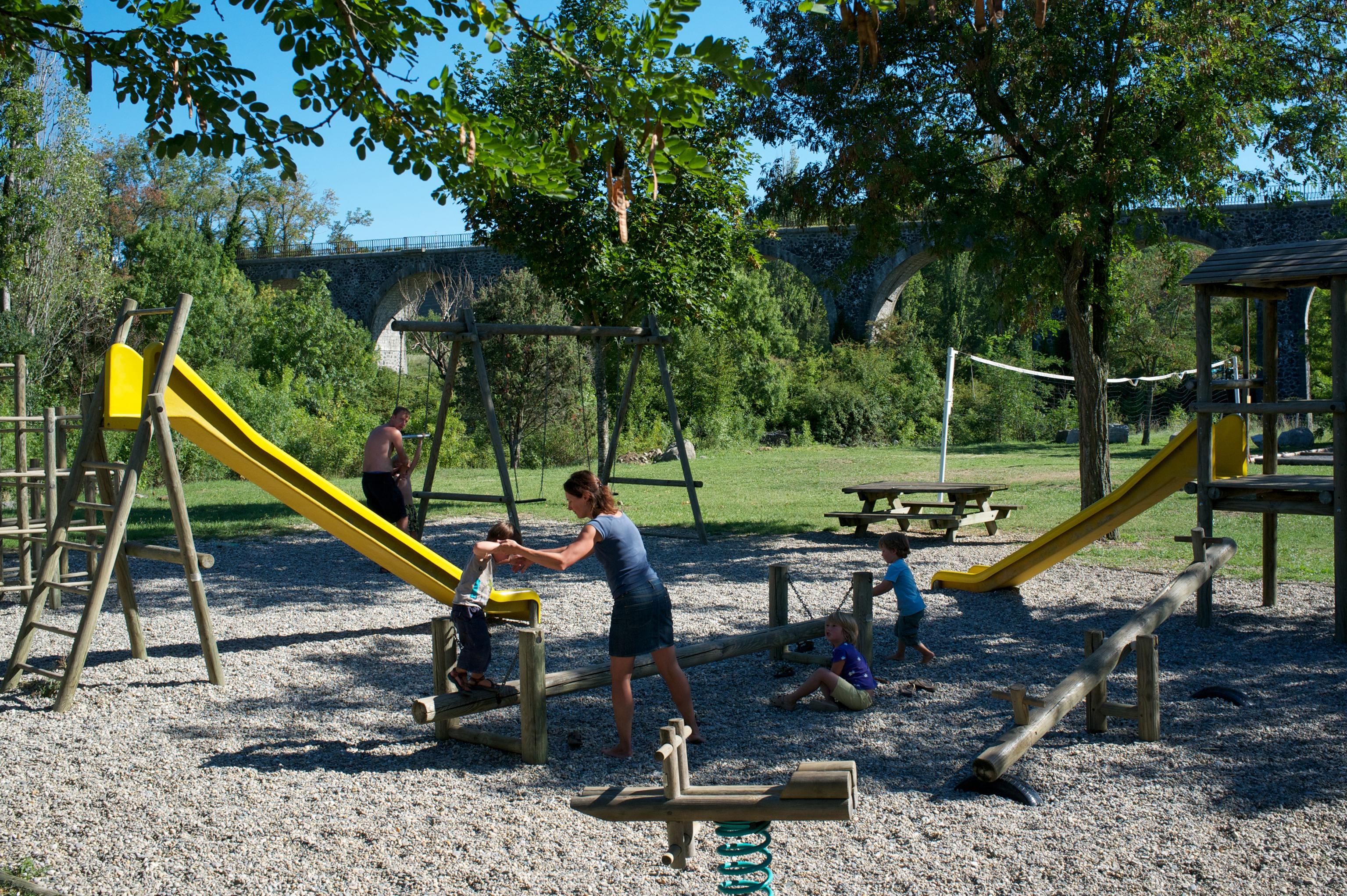 Camping les Arches à St Jean le Centenier - Aire de jeux