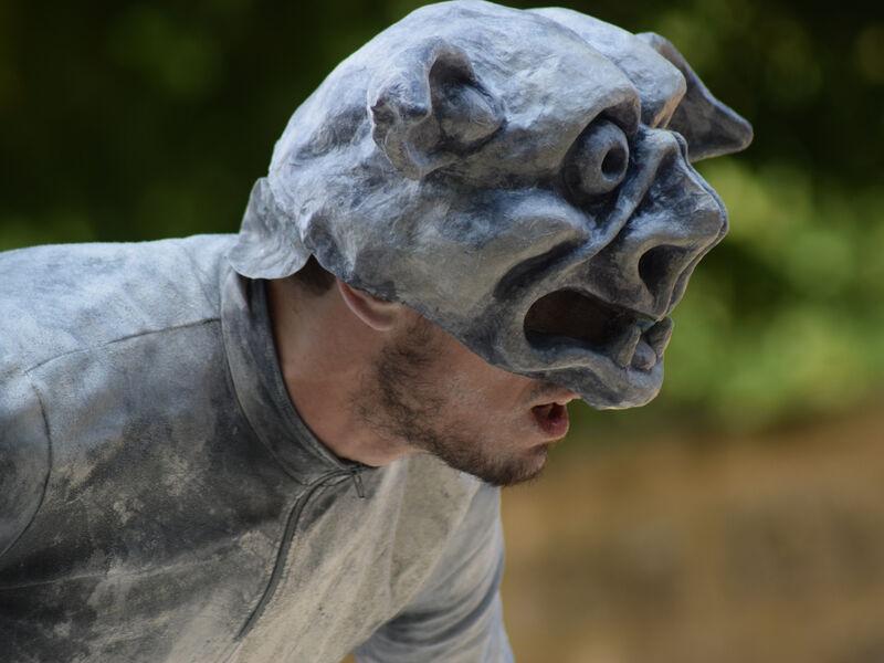 Acteur déguisé en gargouille