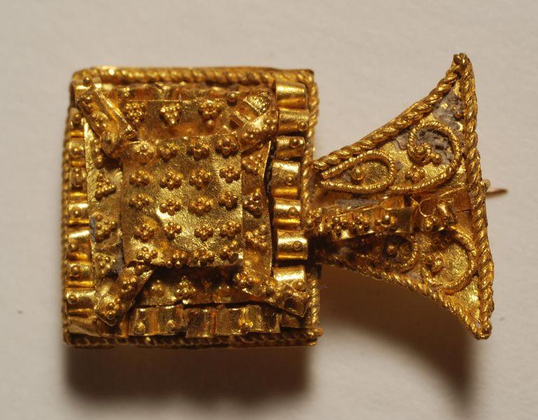 Musée Archéologique de Viuz Fibule en or
