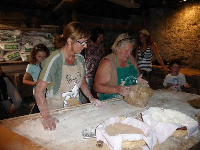 Les femmes confectionnent les miches de pain - @OTlaMeije