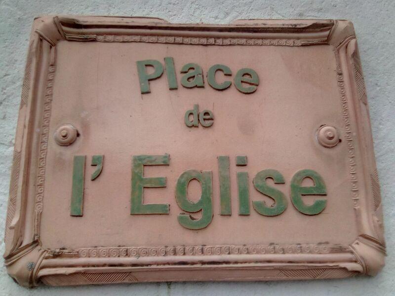 Place de léglise de Genouillé