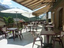 Une partie de la terrasse du restaurant - @HôtellesAgneaux