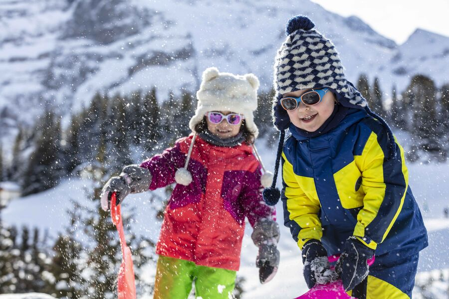 Enfants qui jouent dans le neige