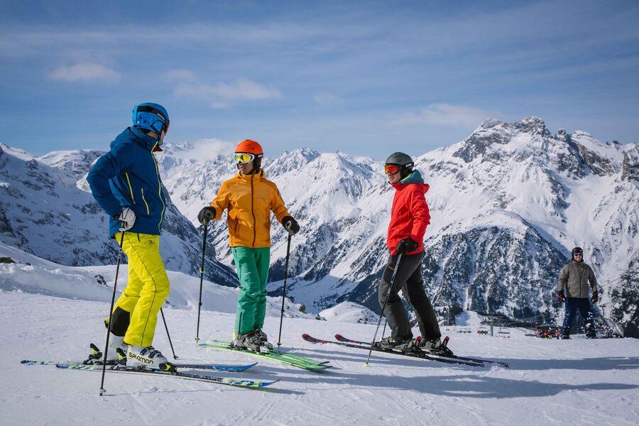 Famille sur les skis avec vue sur le domaine skiable