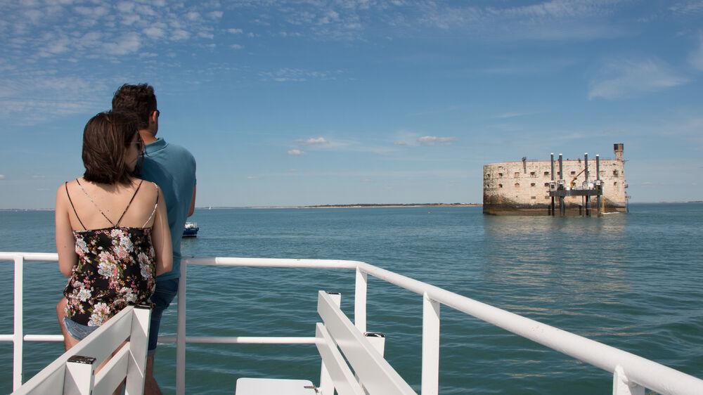 Couple sur le pont dun navire, devant le célèbre Fort Boyard