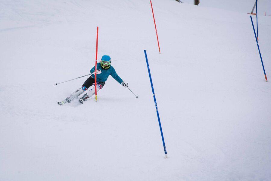 Skieur en entraînement de slalom