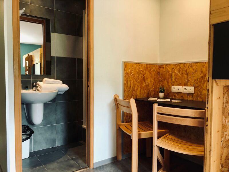 Vue de la salle de bain et du bureau d'une chambre