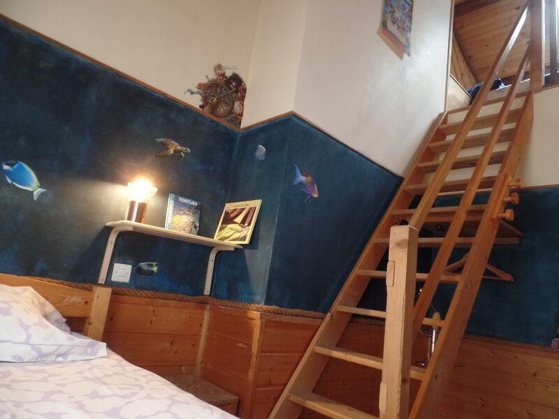 Deuxième vue de la chambre Crépuscule, avec escalier menant à une mezzanine