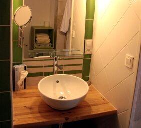 Vasque et miroir dans la salle deau