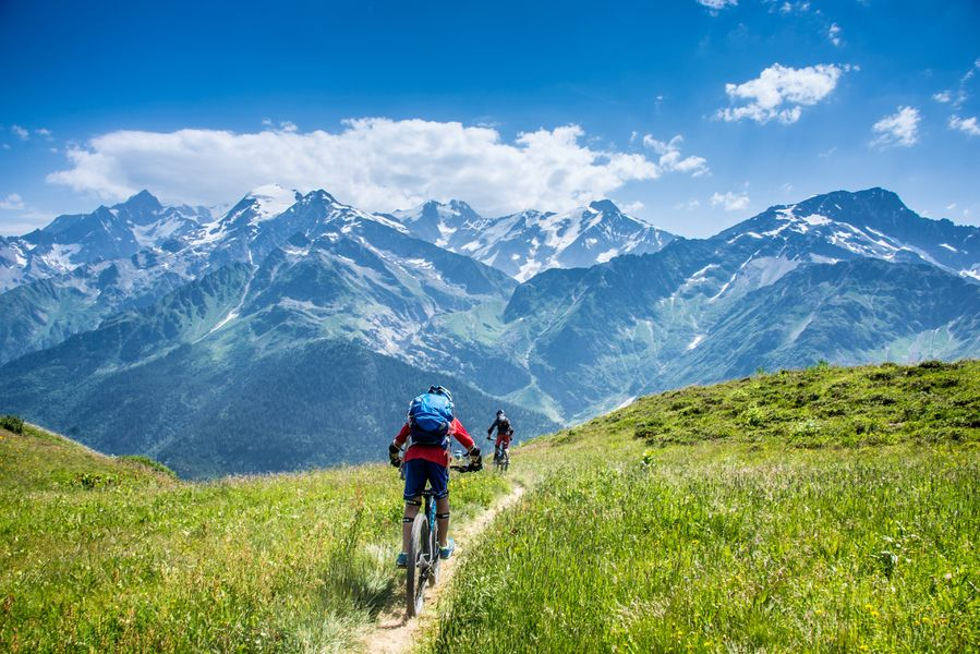 Un petit tour en VTT face à la chaine du Mont-Blanc ?