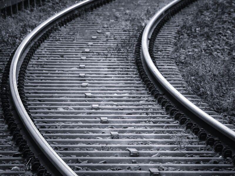 Photo dune voie ferrée en noir et blanc
