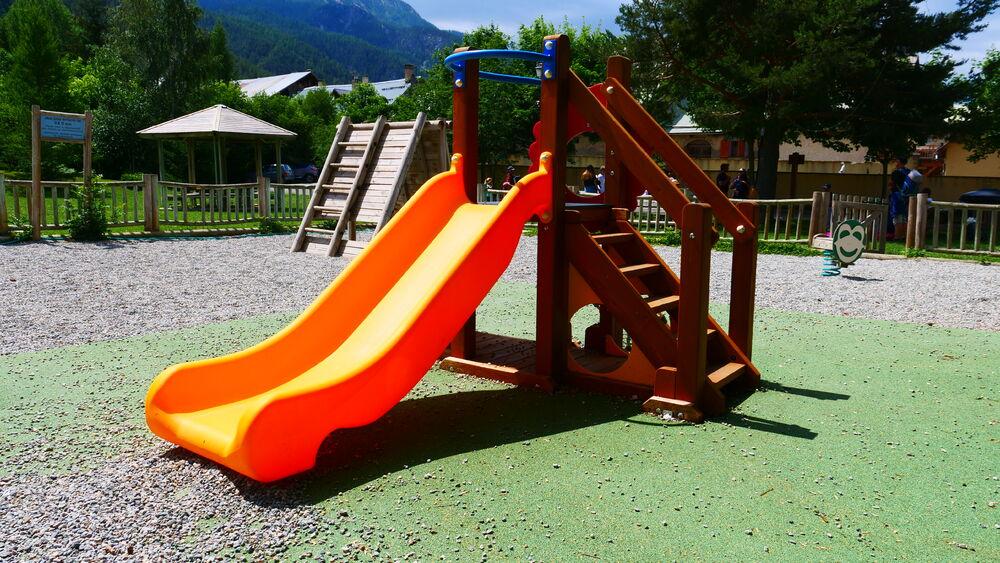 Aire de jeux - Place de Alberts - Toboggan - Office de Tourisme de Montgenèvre