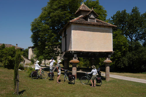 pigeonnier sur piliers - Mayragues -cyclistes