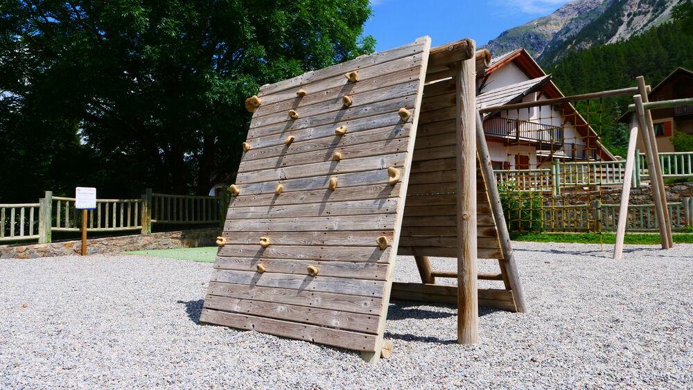 Aire de jeux - Place de Alberts - Mur d'escalade - Office de Tourisme de Montgenèvre