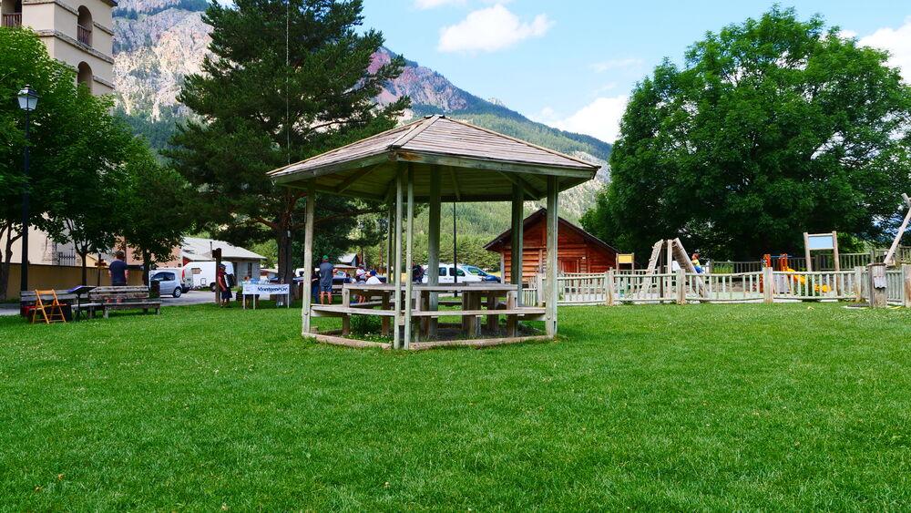 Aire de jeux - Place de Alberts - Kiosque pique nique - Office de Tourisme de Montgenèvre