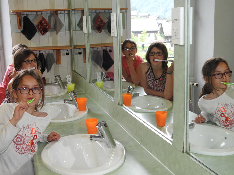 on se brosse les dents entre copines