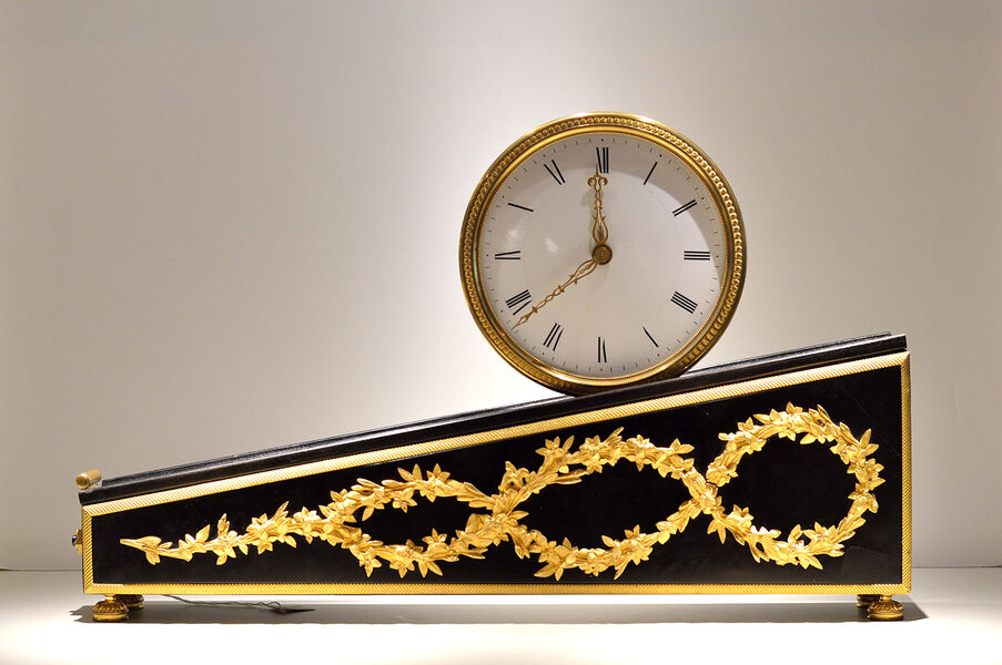 Pendule en pente exposée au Musée de l'Horlogerie et du Décolletage de Cluses