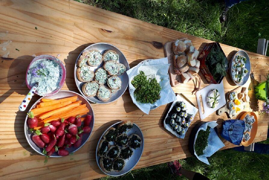 Table avec des plats préparés à partir de plantes comestibles