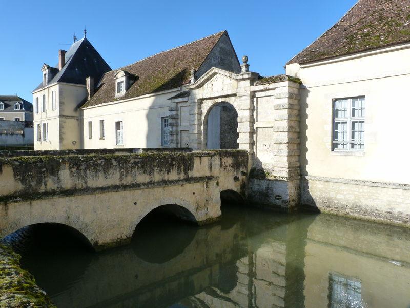 Le château et les douves de Beaumont du Gâtinais